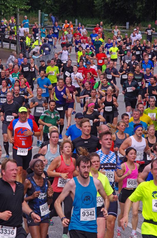 Das große Feld beim Hamburg-Marathon biegt von der Breiten Straße auf die Hafenstraße ein.