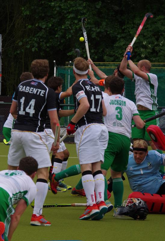 Deutschlands Hockey-Herren (schwarze Hemden) haben beim Four Nations Cup in Hamburg (Hamburg Masters) das entscheidende Spiel um den Turniersieg gegen Irland mit 2:4 verloren. Irlands Torwart David Harte (Welttorhüter 2016) verliert im Getümmel den Helm.