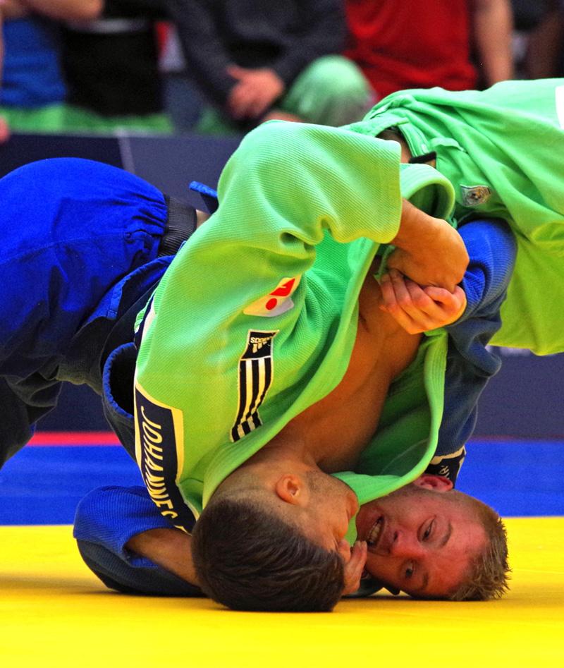 Halbfinale beim Bundesliga-Finale der Männer in Hamburg: Dario Kurbjeweit Garcia (blau) vom Hamburger Judo-Team im Duell mit Johannes Frey (SU Witten Annen).