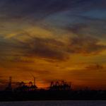 Farbenprächtiger Sonnenuntergang über dem Hamburger Hafen.