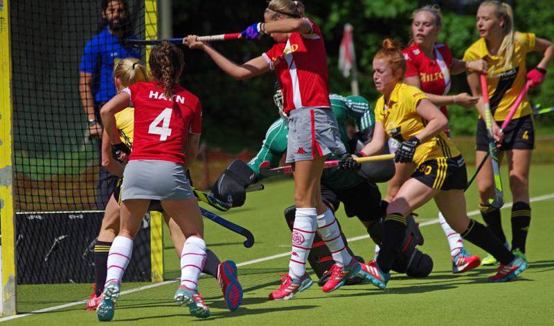 Valerie Boeckel (m.) brachte die Alster-Damen gegen den HTHC  mit 1:0 in Führung.