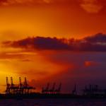Hafenromantik: Sonnenuntergang über der Elbe.