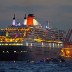 Beim Auslaufen aus dem Hamburger Hafen im Rahmen des 10-jährigen Jubiläums des Besuch der Queen Mary 2 in der Hansestadt säumen Passagiere die Reling.