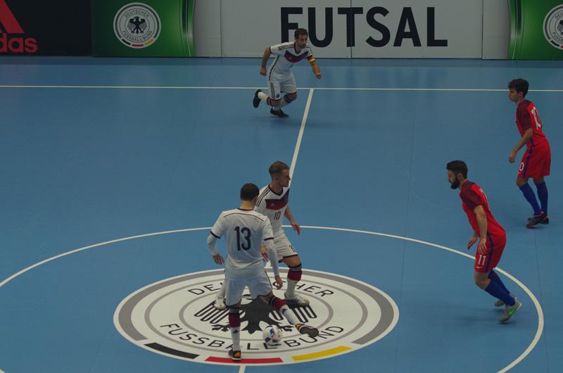 Historischer Moment für den deutschen Fußball: In Hamburg fand am 30. Oktober 2016 das erste offizielle Länderspiel einer DFB-Auswahl im Futsal statt. Gegner ist England gewesen. Die deutsche Auswahl beim Anstoß.