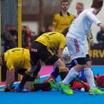 HTHC-Spieler im Kampf um den Ball vorm Tor von Rot-Weiss Köln.