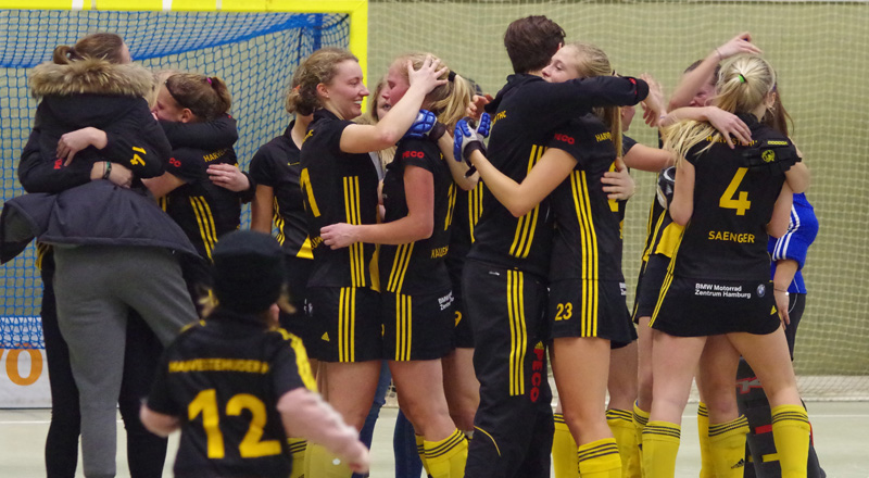 Die Hockey-Damen des HTHC freuen sich über das Erreichen des Viertelfinales in der Hallenhockey-Bundesliga 2017.