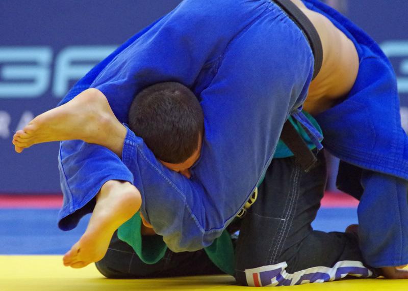 Andersen Immerschied vom Hamburger Judo Team umklammert den Kopf von Bottrops Tornike Tsjakadoea in der Klasse bis 60 Kilogramm.
