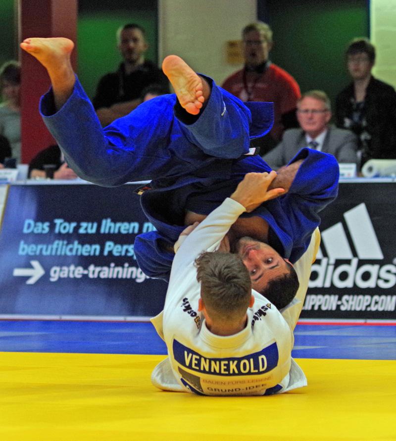 Im Finale der Deutschen Mannschaftsmeisterschaft sichert Nijat Shikhalizad dem Hamburger Judo-Team einen Punkt mit seinem Seig gegen Lukas Vennekold vom Titelverteidiger TSV Großhadern.
