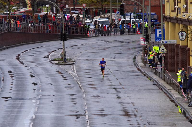 Einsamer Läufer auf der Hafenstraße beim 32. Haspa Marathon Hamburg