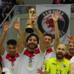 Onur Ulusoy von den Hamburg Panthers hält den Siegerpokal in den Händen. Der Gründer des mehrfachen Deutschen Futsal-Meisters bestritt beim Sieg um die Hamburger Meisterschaft 2017 sein letztes Spiel für den Club.