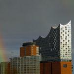 Wechselhaftes Wetter in Hamburg: Kurz erscheint neben der Elbphilharmonie ein Regenbogen.
