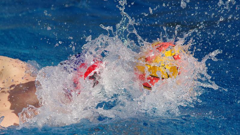 Wasserball in Hamburg: Antal Gergely vom SV Poseidon treibt den Ball vor sich her.