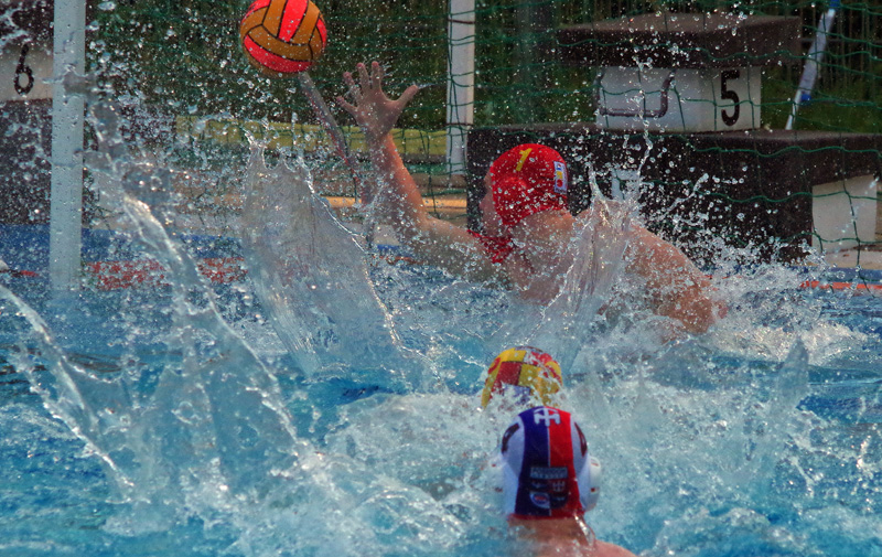 Wasserball in Hamburg: Szene aus der Partie der 2. Liga zwischen dem SV Poseidon und Hellas Hildesheim. Poseidon erzielt ein Tor.