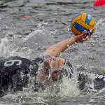 Lukas Richter vom Kanupolo-Bundesligisten ACC Hamburg behauptet den Ball nach einem intensiven Zweikampf.