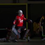 Hallen-Hockey, Europacup der Landesmeister in Hamburg 2016. HTHC-Torhüter Tobias Walter (m.) beobachtet einen Angriff des Luzerner SC.