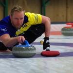 Welt- und Europameister Niklas Edin (Schweden) spielt einen Stein im Rahmen einer Partie beim Curling German Masters in Hamburg.