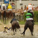 Das Seejagdrennen im Rahmen des Galopp-Derbys in Hamburg-Horn. Jockey Bohumil Klein stürzt von seinem Pferd Fast Fighter ins Wasser.