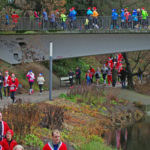 Santa Pauli statt Sankt Pauli: Beim St. Pauli X-Mass-Run in Hamburg durchqueren die Teilnehmer den Park Planten un Blomen.