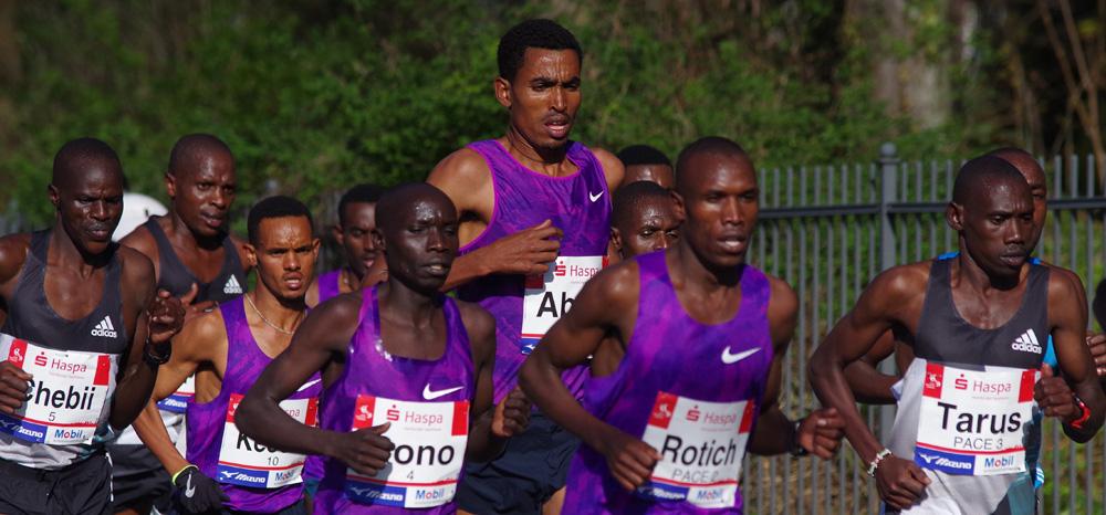 Elbchaussee: Tesfaye Abera überragt das Spitzenfeld beim Hamburg-Marathon (Kilometer 7)