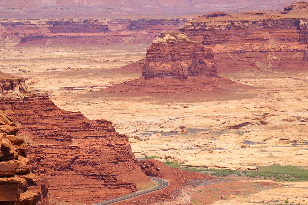 Utah: Der Highway 95 führt durch eine atemberaubende Landschaft in der Region um Hite.