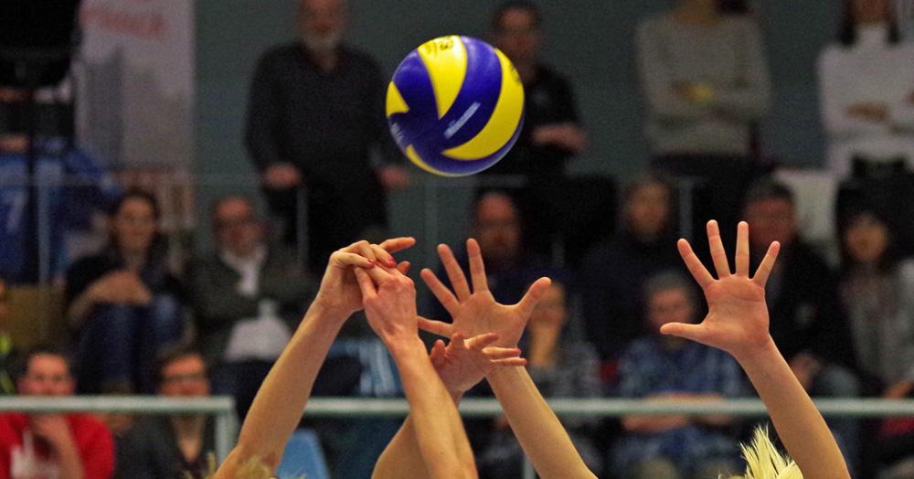 Volleyball-Bundesliga der Frauen: Kampf am Netz um den Ball.