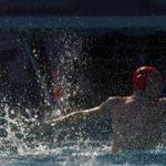 Wasserball: Ein Torwart beim Versuch, einen Wurf abzuwehren.