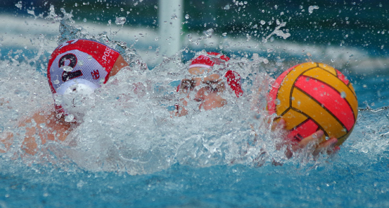 Wasserball: Spritziges Duell um den Ball.