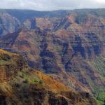 Der Waimea Canyon auf Kauai, Hawaii, gilt als ebenso beeindruckend schön und wild wie der Grand Canyon in Arizona, USA.