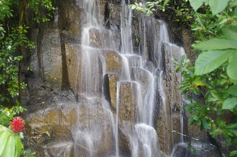 Einer der zahlreichen Wassefälle an der Hana Road auf Maui, Hawaii.
