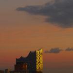 Die Elbphilharmonie in Hamburg im Sonnenuntergang.