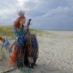 """Der nördlichste Punkt von Deutschland befindet sich am Lister Ellenbogen auf Sylt. Dort steht auch diese Figur, geschaffen aus Müll, das an den Strand gespült wurde. Auf dem Schild steht die Aufforderug: """"Save the Ocean"""""""