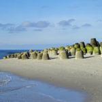 Tonnenschwere Tetrapoden aus Beton an der Südspitze von Sylt sollen verhindern, dass bei Sturmfluten weiterer Strand im Meer verschwindet.