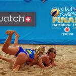 Summer Ross (vorn) und Brooke Sweat aus den USA hechten im Spiel gegen das Duo Larissa Franca/Talita Antunes (Brasilien) zum Ball.