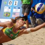 Larissa Franca (Brasilien) hechtet zum Ball.