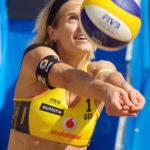 Laura Ludwig baggert den Ball.