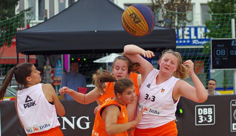 Das Team Regio (weiße Hemden) aus Stuttgart gewann bei den Deutschen Meisterschaften im 3x3-Basketball (Streetbasketball) den Titel bei den U18 weiblich.