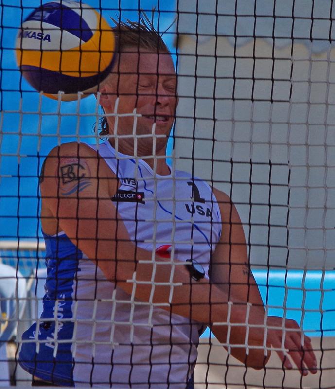 Im Tennisstadion am Hamburger Rothenbaum finden die Beachvolleyball FIVB World Tour Finals 2017 statt. Casey Patterson (USA) kann in der Auftaktpartie gegen die Weltmeister André Loyola/Evandro einen Punkt nicht verhindern.