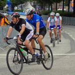 Teilnehmer auf einem Tandem am Jedermann-Rennen über 180 Kilometer im Rahmen der 22. EuroEyes Cyclassics in Hamburg.