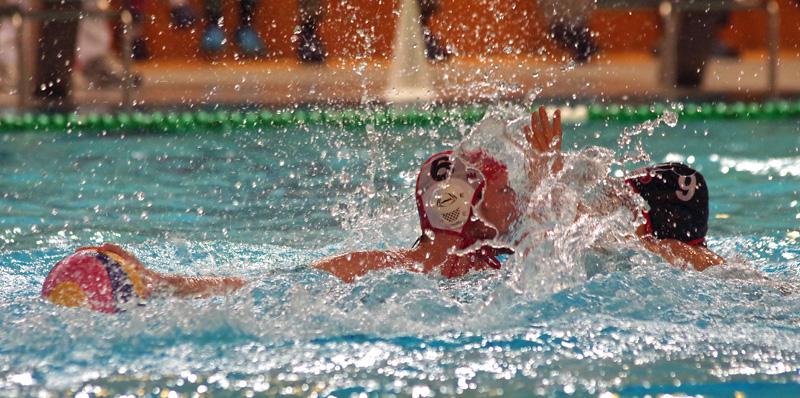 Wasserball: Pokal-Achtelfinale zwischen dem SV Poseidon Hamburg und Wasserfreunde Spandau Berlin. Poseidon-Kapitän Alexander Weik (l.) versucht sich gegen Spandau-Kapitän Marko Stamm durchzusetzen.