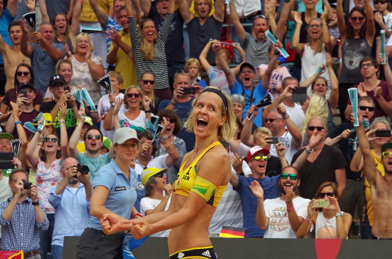 Im Tennisstadion am Hamburger Rothenbaum finden die Beachvolleyball FIVB World Tour Finals 2017 statt. Olympiasiegerin und Weltmeisterin Laura Ludwig schreit ihre Freude nach dem gewonnenen Finale heraus.