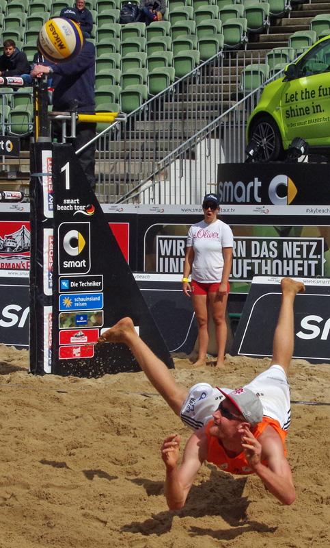 smart beach tour in Hamburg im Tennisstadion am Rothenbaum. Beachvolleyballer Yannick Harms (Rotes Rudel TC Hameln) bei einer Rettungsaktion.