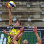 smart beach tour in Hamburg im Tennisstadion am Rothenbaum. Beachvolleyballer Clemens Wickler (DJK TuSA 06 Düsseldorf e.V.) schmettert den Ball.
