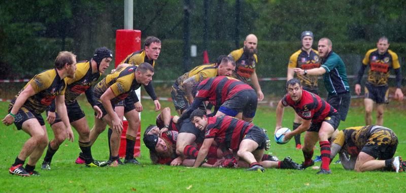 Rugby-Bundesliga:Bei Dauerregen kämpfen die harten Jungs vom Hamburger Rugby-Club (rot-schwarz) gegen den RK 03 Berlin um das Ei.