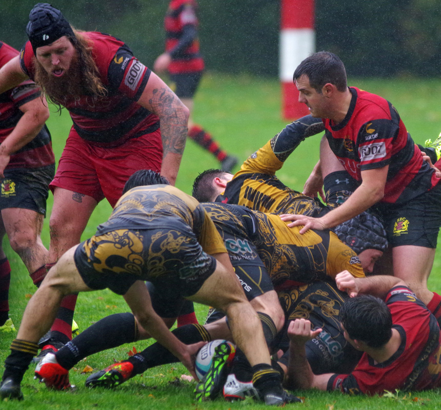 Rugby-Bundesliga: Bei Dauerregen kämpfen die harten Jungs vom Hamburger Rugby-Club (rot-schwarz) gegen den RK 03 Berlin um das Ei.