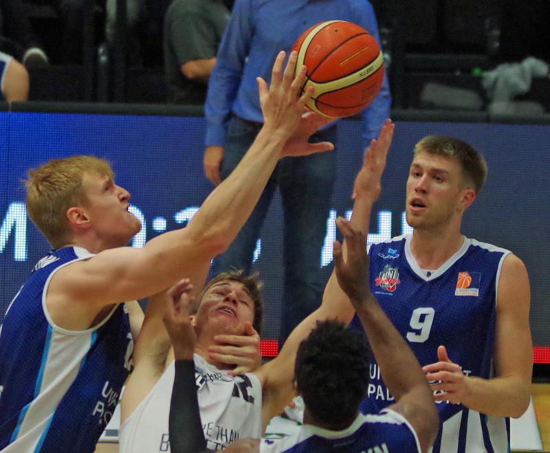 Will Darley (Towers) wird von der Paderborner Defensive in die Mangel genommen.