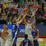 Erstes Heimspiel der Hamburg Towers in der Pro A gegen die Uni Baskets Paderborn. Will Darley (Towers/r.) und Georg Voigtmann (Paderborn/links) kämpfen um den Ball.