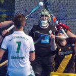 Kampf um den Ball zwischen dem HTHC und Uhlenhorst Mülheim nach einer Kurzen Ecke für die Hamburger