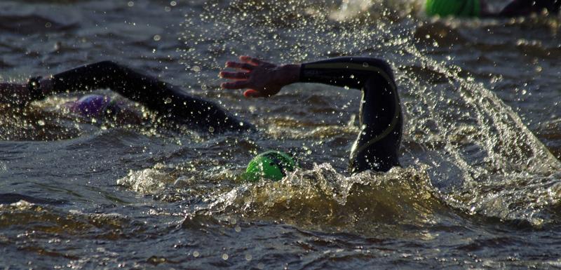 Teilnehmer an der Ironman-Premiere in Hamburg auf der Schwimmstrecke auf der Außenalster.