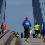 Teilnehmer am Köhlbrandbrückenöauf: Auf der Seite sind die Läufer auf dem Hinweg, rechts auf dem Rückweg.