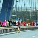 Teilnehmer am Köhlbrandbrückenöauf: Auf der linken Seite sind die Läufer auf dem Hinweg, rechts auf dem Rückweg.
